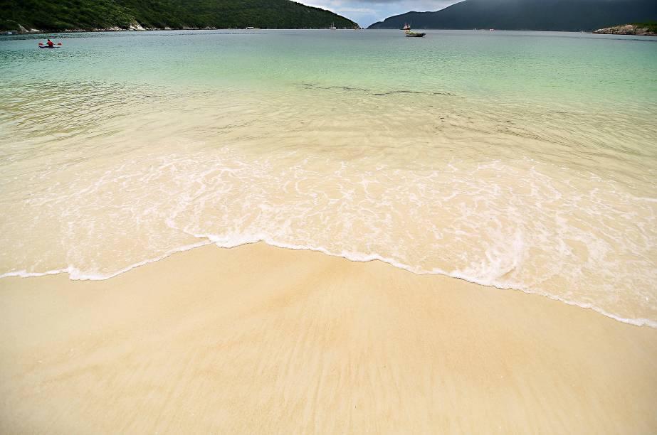 Areia clara e mar transparente: apesar da água fria, Arraial do Cabo não perde para destinos badalados do Caribe ou da Indonésia