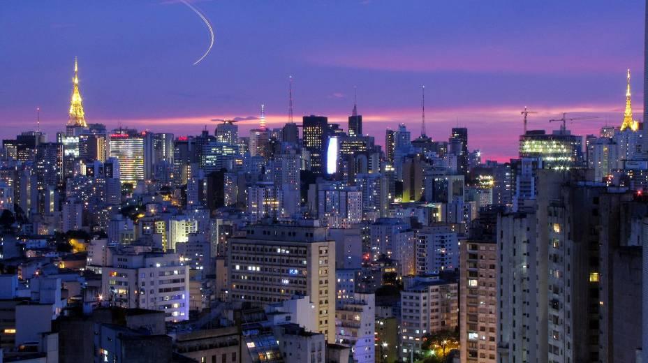 """<strong>5. <a href=""""http://viajeaqui.abril.com.br/cidades/br-sp-sao-paulo"""" target=""""_blank"""" rel=""""noopener"""">SÃO PAULO</a></strong> A noite paulistana é famosa no mundo inteiro e, apesar de não ser muita barata, costuma agradar os turistas que passam pela maior metrópole do Brasil. São Paulo tem bairros boêmios para todos os tipos de gosto, onde é possível badalar durante toda a madrugada e conhecer muita gente bonita. As discotecas da Vila Olímpia, por exemplo, são para quem não está com o orçamento apertado e gosta ambiente chique que toca música eletrônica ou sertaneja."""