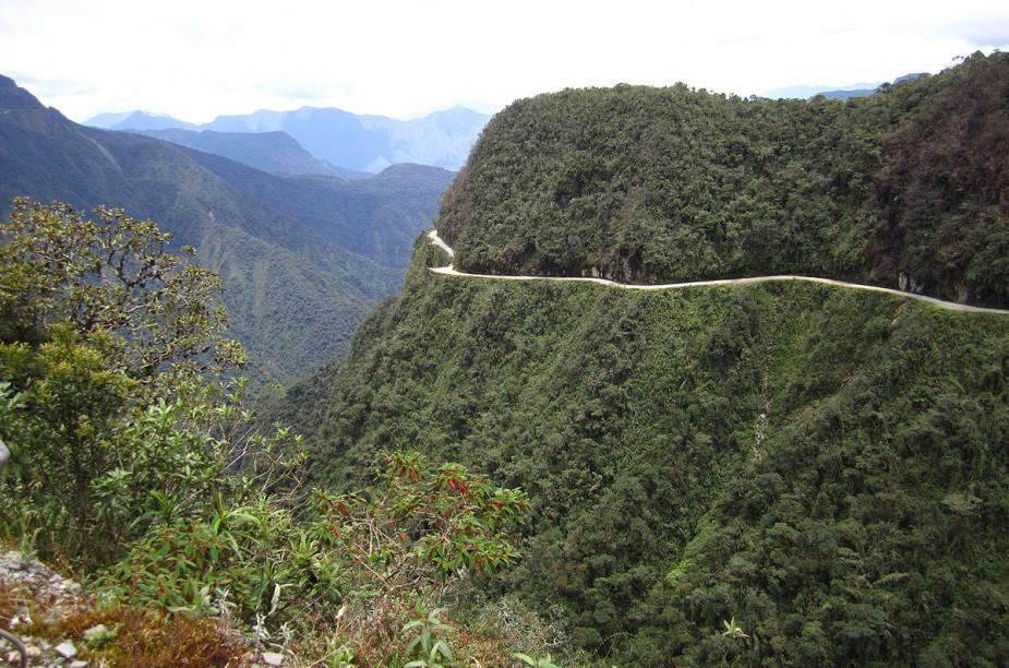 """<strong>Camino Yungas, <a href=""""http://viajeaqui.abril.com.br/paises/bolivia"""" target=""""_blank"""" rel=""""noopener"""">Bolívia</a></strong> Nada de asfalto pelo caminho: o chão é de cascalho, o que em uma descida exige bastante equilíbrio e controle da bike. Chuvas, nevoeiros e as constantes quedas de barreiras potencializam os riscos. Mas todos os contras são compensados pela vista de tirar o fôlego: o cenário é composto pela Cordilheira dos Andes, fauna e flora locais. Sem dúvida, o passeio é inesquecível. Evite o período de chuvas, entre dezembro e março."""