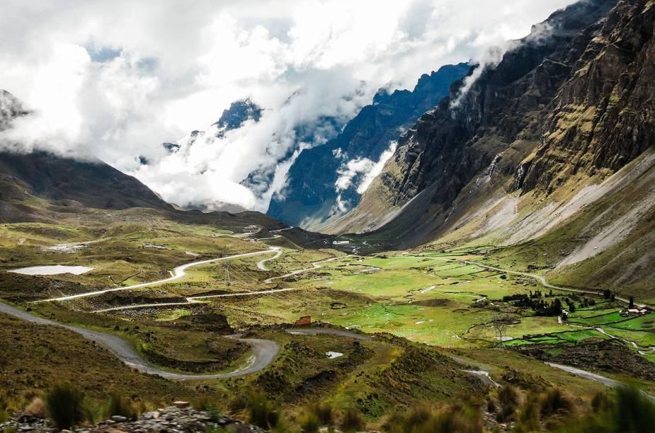 """<strong>Camino Yungas, <a href=""""http://viajeaqui.abril.com.br/paises/bolivia"""" target=""""_blank"""" rel=""""noopener"""">Bolívia</a></strong> A opção é para quem gosta de adrenalina e aventura, já que a estrada superestreita, com aproximadamente 3 metros de largura, tem caminhos tortuosos, à beira de precipícios, com trechos a mais 3 mil metros de altitude. O Camino Yungas une a região de Yungas e <a href=""""http://viajeaqui.abril.com.br/cidades/bolivia-la-paz"""" target=""""_blank"""" rel=""""noopener"""">La Paz</a>, e é considerada a estrada mais perigosa do mundo, ou """"rota da morte"""". São registrados cerca de 200 óbitos por ano no trecho de cerca de 60 quilômetros de descida."""