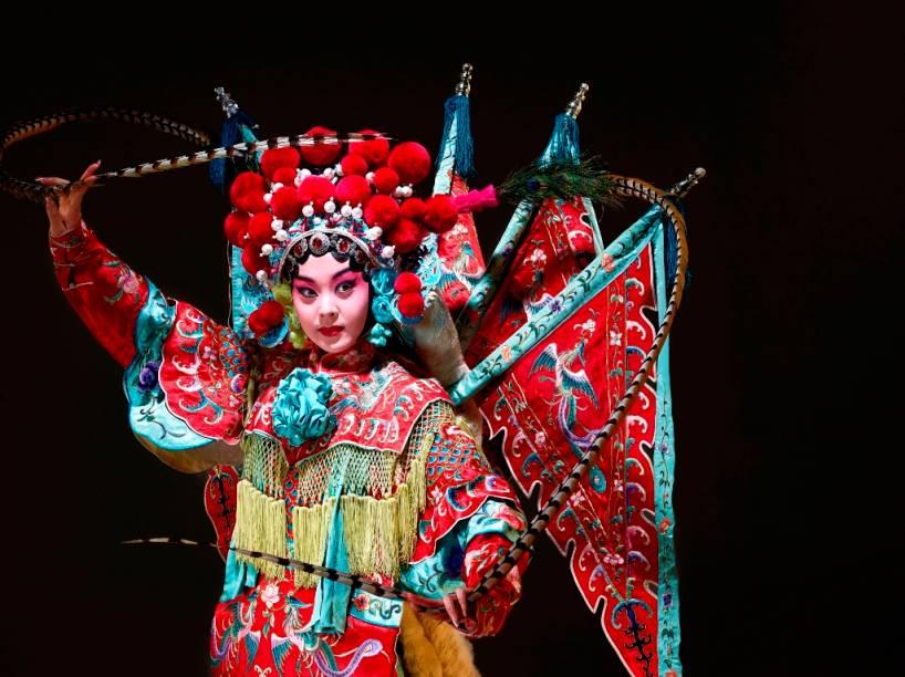 A ópera de Pequim, uma das mais significativas e poderosas manifestações artísticas da China, é uma mistura de dança, música e dramatizações desenvolvidas a partir do século 18
