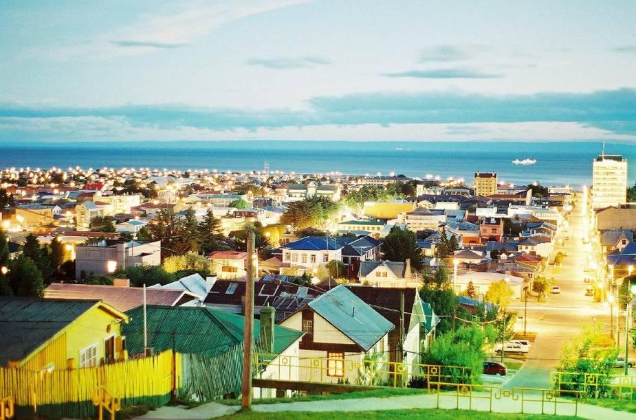 """A cidade de Punta Arenas, a quatro horas de voo de Santiago, é porta de entrada para a Patagônia chilena; a foto foi feita em plena """"escuridão"""" da meia noite"""