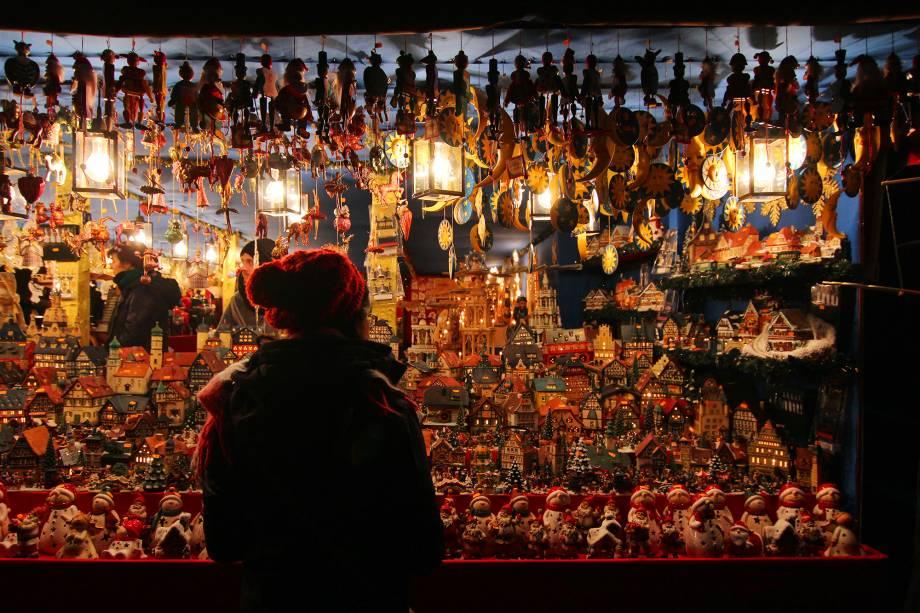 """<a href=""""http://viajeaqui.abril.com.br/cidades/alemanha-nuremberg"""" target=""""_blank"""" rel=""""noopener""""><strong>Nuremberg - Alemanha</strong></a>Com o Natal se aproximando, toda a Alemanha vai sendo tomada por seus<a href=""""http://viajeaqui.abril.com.br/materias/fotos-mercado-natal-alemanha-tradicao#1"""" target=""""_blank"""" rel=""""noopener"""">tradicionais Mercados de Natal</a>:nada mais do que lindas feiras decoradas que vendem guloseimas, enfeites e tudo mais que se relacionar com essa época do ano. A trilha sonora também segue a tradição natalina e alegra as noites frias do inverno alemão. Nuremberg tem uma das feiras natalinas mais antigas, segundo a tradição alemã<a href=""""http://www.booking.com/city/de/nurnberg.pt-br.html?aid=332455&label=viagemabril-natal"""" target=""""_blank"""" rel=""""noopener""""><em>Veja hotéis em Nuremberg no Booking.com</em></a>"""