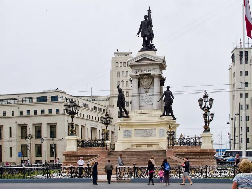 Monumento a los Héroes de Iquique, na Plaza Sotomayor, centro de Valparaíso, Chile; no Réveillon, é aqui que ocorrem grandes queimas de fogos de artifício
