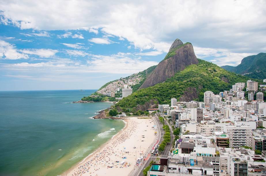 """<a href=""""http://viajeaqui.abril.com.br/estabelecimentos/br-rj-rio-de-janeiro-atracao-praia-do-leblon"""" rel=""""Praia do Leblon """" target=""""_blank""""><strong>Praia do Leblon </strong></a>                                                                A praia fica localizada na mesma avenida da praia de Ipanema. Com sorte você encontra algum global estendido ao sol e comendo biscoito Globo. A ciclovia à beira-mar é disputada"""