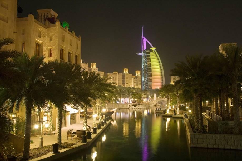 """<a href=""""http://queensberry.com.br/"""" rel=""""QUEENSBERRY"""" target=""""_blank""""><strong>QUEENSBERRY</strong></a>    <strong>O QUE ELA FAZ POR VOCÊ:</strong> Estende a viagem a Doha e <a href=""""http://viajeaqui.abril.com.br/cidades/emirados-arabes-unidos-dubai"""" rel=""""Dubai"""" target=""""_blank"""">Dubai</a> (foto) com luxo.    <strong>PACOTE:</strong> Com voos diretos do <a href=""""http://viajeaqui.abril.com.br/paises/brasil"""" rel=""""Brasil"""" target=""""_blank"""">Brasil</a>, o <a href=""""http://viajeaqui.abril.com.br/paises/emirados-arabes-unidos"""" rel=""""Oriente Médio"""" target=""""_blank"""">Oriente Médio</a> rende uma conveniente parada na viagem ao Cáucaso. Neste tour de 15 noites, as duas primeiras são em Doha, a futurista capital do <a href=""""http://viajeaqui.abril.com.br/paises/qatar"""" rel=""""Catar"""" target=""""_blank"""">Catar</a>, e as nove seguintes, com guia brasileiro, entre Baku, Tbilisi e Yerevan. Em Dubai, a combinação de cultura islâmica com arranha-céus completa a trip em três noites, antes do pernoite final em Doha. Sempre em hotéis cinco-estrelas, custa US$ 7 160."""