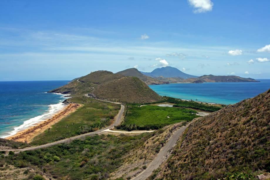 Istmo no sul de <strong>St. Kitts</strong> com a <strong>Ilha de Nevis</strong> no horizonte