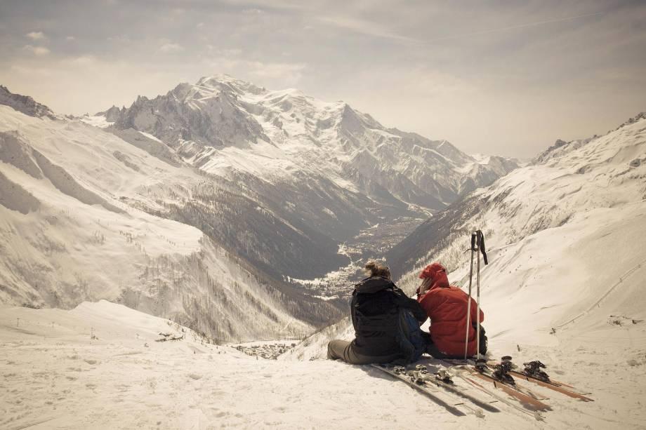 """Pausa para um lanchinho no topo da montanha em <a href=""""http://viajeaqui.abril.com.br/materias/esqui-e-vida-selvagem-na-francesa-chamonix"""" rel=""""Chamonix"""" target=""""_blank"""">Chamonix</a>, nos <a href=""""http://viajeaqui.abril.com.br/cidades/franca-alpes-franceses"""" rel=""""Alpes Franceses"""" target=""""_blank"""">Alpes Franceses</a>; a cidade é o principal destino de inverno de esquiadores que viajam para a região"""