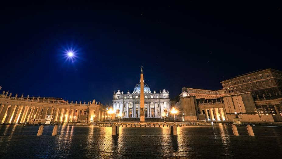 """<a href=""""http://viajeaqui.abril.com.br/estabelecimentos/italia-roma-atracao-vaticano"""" rel=""""Vaticano"""" target=""""_blank""""><strong>Vaticano</strong></a>A Missa do Galo é mais um daqueles eventos superconcorridos nas dependências do Vaticano. Ela é realizada no interior da <a href=""""http://viajeaqui.abril.com.br/estabelecimentos/italia-roma-atracao-basilica-di-san-pietro-basilica-de-sao-pedro/fotos"""" rel=""""Basílica de São Pedro"""" target=""""_blank"""">Basílica de São Pedro</a> e uma vaga lá, mesmo que gratuita, exige a o preenchimento de um formulário previamente no site do Vaticano. A Praça São Pedro também é point das festividades do nascimento de Jesus. No dia 25, do balcão central da Basílica, o Papa dá a benção de Natal em 60 idiomas<a href=""""http://www.booking.com/city/it/rome.pt-br.html?aid=332455&label=viagemabril-natal"""" rel=""""Veja hotéis em Roma no booking.com"""" target=""""_blank""""><em>Veja hotéis em Roma no Booking.com</em></a>"""