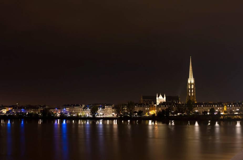 Syline de Bordeaux com a belíssima igreja Saint-Michel despontando