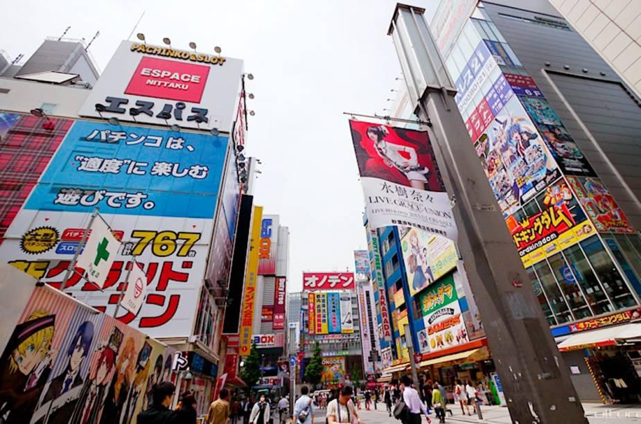 """<strong>Akhibara</strong>        Não é uma loja, nem museu. Trata-se de uma região de Tóquio onde estão os maiores centros comerciais de tecnologia do mundo (Yodobashi-Akiba fica lá). A região é conhecida pela infinidade de coisas úteis e inúteis em termos de tecnologias. Também é um ponto de referência para comprar souvenirs e mangás. Diz a lenda que existe um """"mercado negro"""" em Akhibara, onde são comercializadas partes de robôs."""