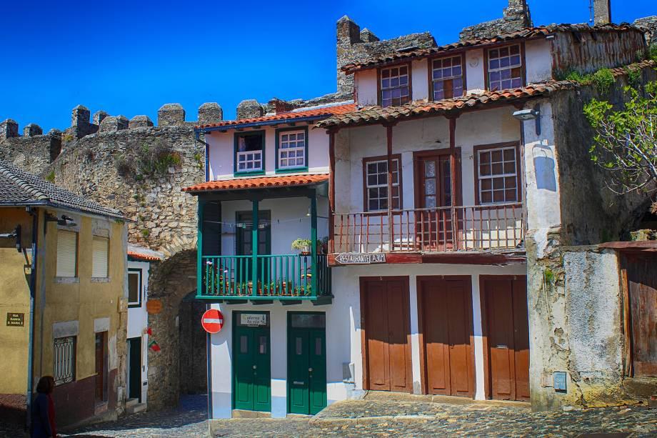 Capital do Nordeste do país, tem um centro histórico compacto e bem preservado cercado por uma muralha e em cujo centro fica um castelo medieval. Uma calçada às margens do rio Fervença é um passeio bucólico. Ao final de seu 1 quilômetro de extensão começa uma trilha até o castelo que vai por um caminho de terra bem visível e panorâmico. A <strong>Torre da Princesa</strong>, no centro, é um ótimo ponto para observar a paisagem de cima. A cidade fica na <strong>região do Douro</strong>, que produz vinho há mais de 2.000 anos - inclusive o famoso Vinho do Porto.
