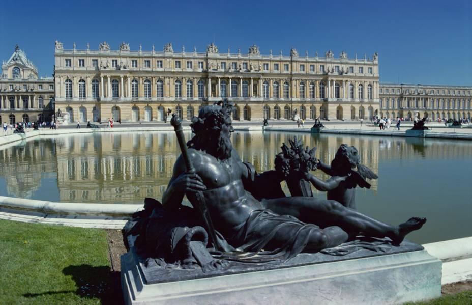 Maior e mais célebre palácio da França, Versalhes é o retrato ao mesmo tempo dos exageros delirantes e do requinte extremo da nobreza que mandou no país durante séculos