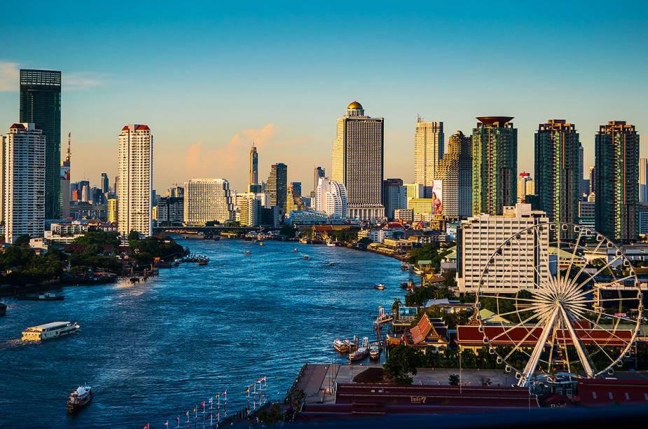 O rio Chao Phraya divide a cidade de Bangcoc ao meio e é um dos cartões-postais da cidade tailandesa