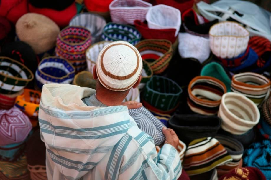 Os <em>souqs </em>são milenares mercados árabes onde comerciantes trocam artigos dos mais variados, de tapetes a artigos de cozinha, de vestimentas a alimentos. O mercado de Fez é um dos mais movimentados do Marrocos e é sempre uma boa opção de compras