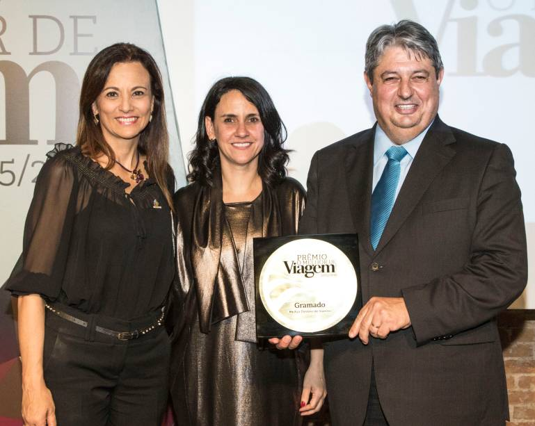 A cidade de Gramado (RS) venceu como melhor destino de inverno; para receber o prêmio de Angélica Santa Cruz, subiram ao palco o prefeito Nestor Tissot e a secretária de Turismo, Rosa Helena Volk