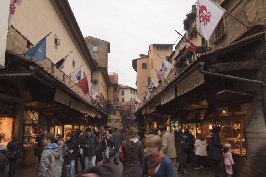 As lojas sobre a <strong>Ponte Vecchio</strong> são ocupadas, há séculos, por joalheiros e mercadores de arte