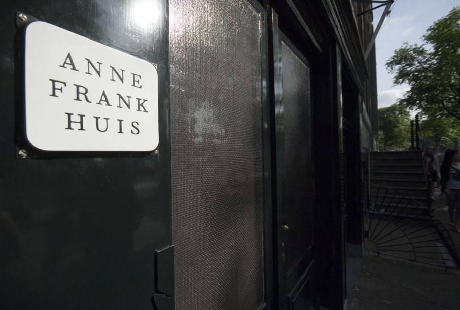 """A <a href=""""http://viajeaqui.abril.com.br/estabelecimentos/holanda-amsterda-atracao-casa-de-anne-frank"""" rel=""""casa onde a família de Anne Frank se escondeu dos nazistas"""" target=""""_blank"""">casa onde a família de Anne Frank se escondeu dos nazistas</a>, durante a segunda guerra mundial, é hoje um museu de Amsterdã"""