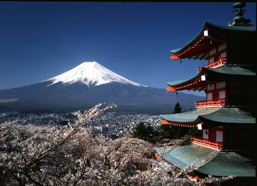 Pagode budista Chureito, na cidade de Fujiyoshida. Ao fundo, o monte Fuji, ponto culminante do Japão