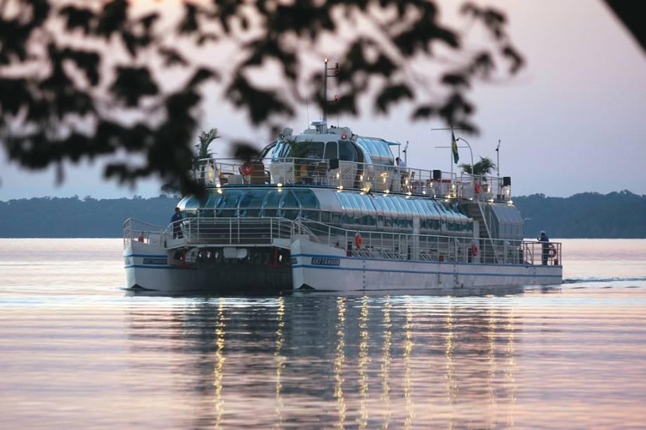 Existe a opção de fazer um passeio noturno de Catamarã pelo Lago Itaipu em que se vê a usina iluminada