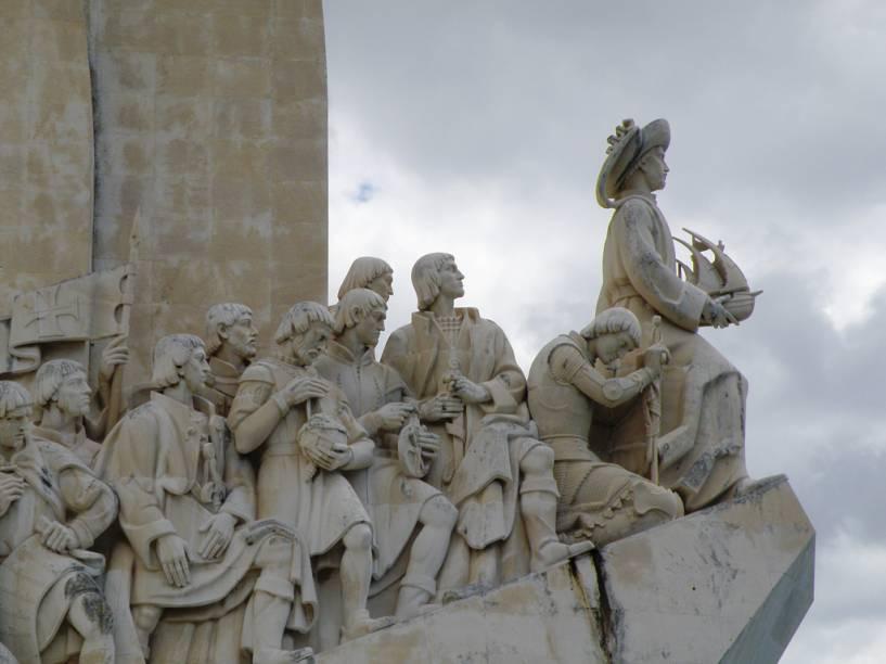 Às margens do Rio Tejo, o monumento Padrão dos Descobrimentos simboliza uma caravela, onde estão navegadores como Pedro Álvares Cabral e Vasco da Gama