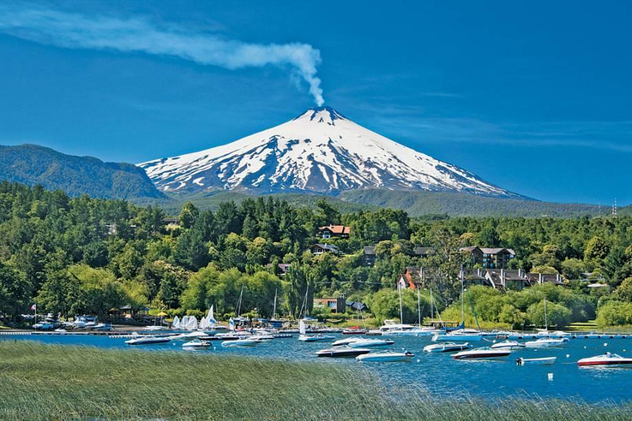 O vulcão Villarica e sua fumarola com o lago homônimo a seus pés, o trademark de Pucón