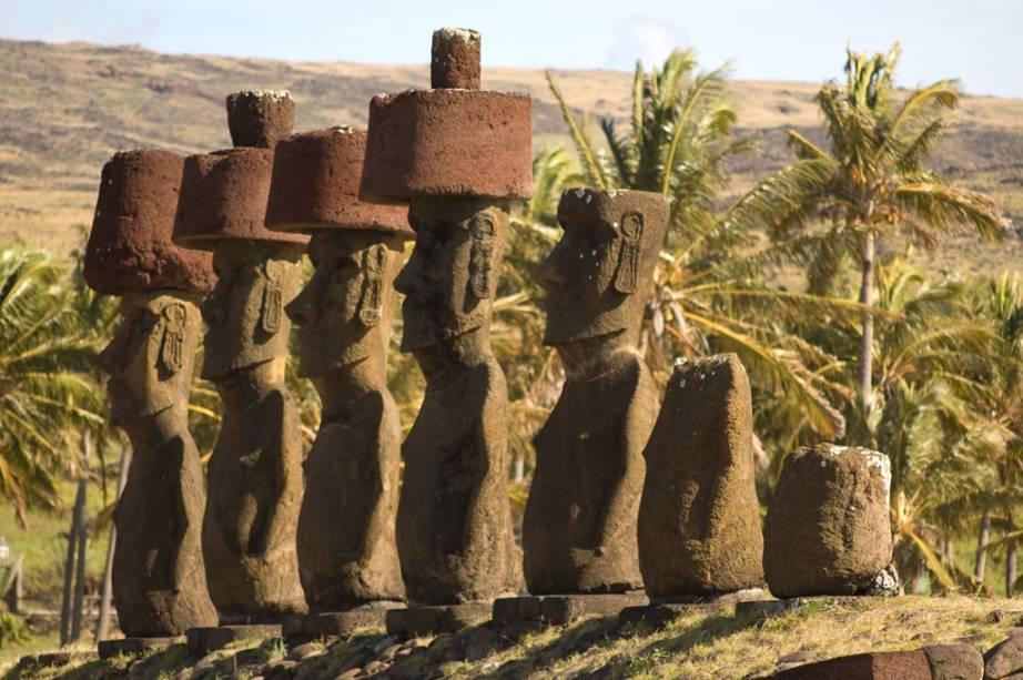 """A <a href=""""http://viajeaqui.abril.com.br/cidades/chile-ilha-de-pascoa"""" rel=""""Ilha de Páscoa"""" target=""""_blank""""><strong>Ilha de Páscoa</strong></a>, que pertence ao Chile, é cercada de águas cristalinas, bonitos corais e cardumes de peixes coloridos. Mas sua grande atração é a coleção de mais de 900 <strong>moais</strong>, como são chamadas as imensas estátuas de pedra vulcânica esculpidas séculos atrás pelo povo <strong>rapa nui</strong>. As obras chegam a pesar 80 toneladas e a medir 10 metros de altura"""