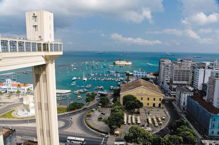 Vista do Elevador Lacerda, Forte de São Marcelo, Baía de Todos os Santos e Mercado Modelo