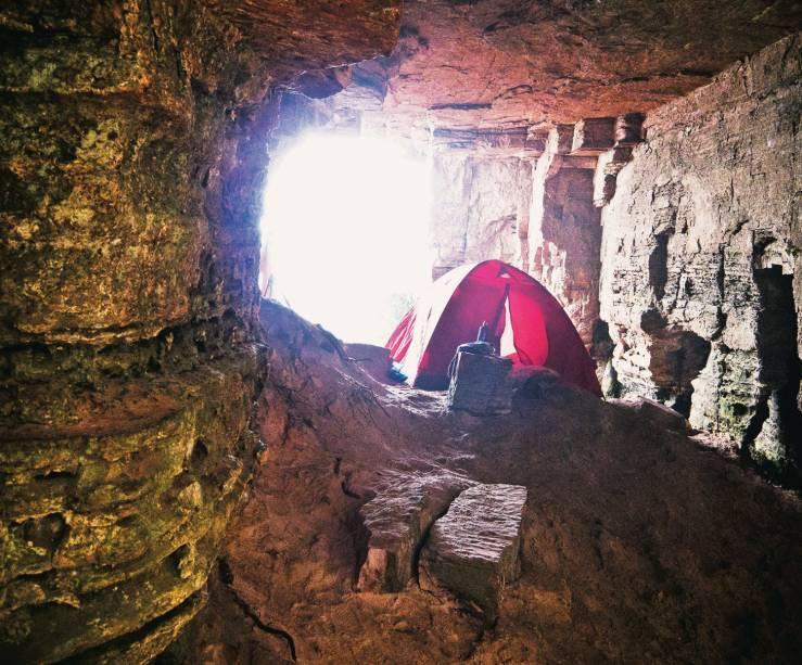 O acampamento selvagem no Monte Roraima, nas cavernas protegidas do Coati