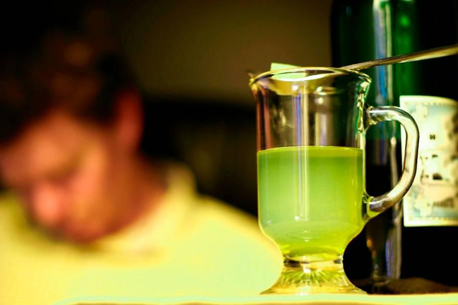 """<strong>Absinto </strong><strong>–</strong><strong> <a href=""""http://viajeaqui.abril.com.br/paises/suica"""" rel=""""Suíça"""" target=""""_blank"""">Suíça</a></strong><br />  Polêmico, entorpecedor, banido. Houve uma época em que este destilado de ervas era comercializado com um tóxico teor alcoólico de mais de 70%. Devidamente amansado para poder voltar a bares e adegas, a bebida naturalmente verde possui um ritual de preparação único. Sobre uma dose de absinto é acrescentada água gelada e açúcar, posto em uma colher especial e vagarosamente diluído. O líquido resultante ganha um aspecto leitoso e consideravelmente mais palatável.<br />  <strong>Teor alcoólico médio</strong><strong>:</strong> 50 a 70%"""