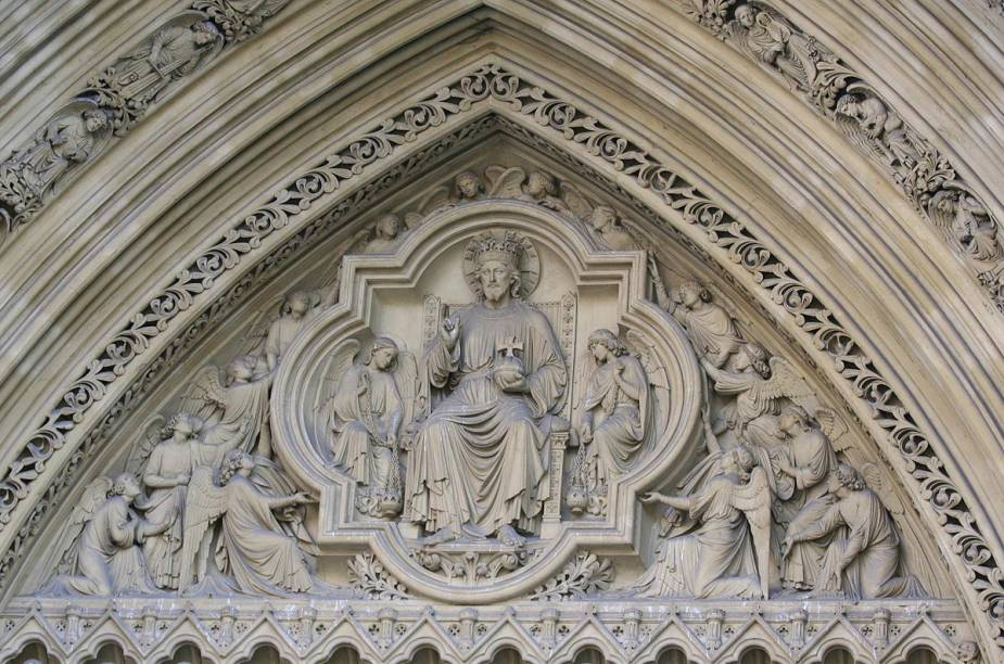 Porta principal da Abadia de Westminster; partes do complexo estão abertas ao público gratuitamente, como o claustro e o jardim de 900 anos. Recitais de órgão ocorrem aos domingos, às 17h45. Com duração de meia hora, o evento é gratuito.