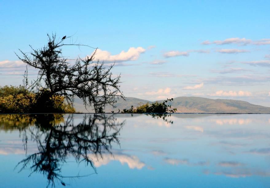 O hotel oferece uma visão privilegiada do Lago Manyara, uma das grandes atrações do país. Por aqui, há quartos confortáveis e bem equipados para suportar o calor das savanas. A piscina de borda infinita do lugar é uma das grandes opções para se refrescar na região