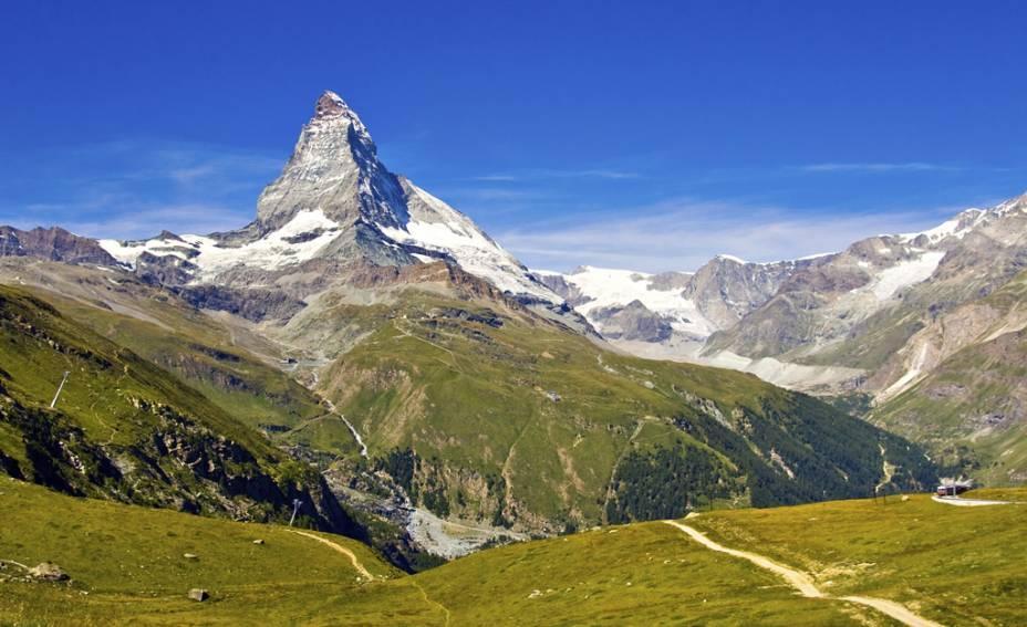Ao pés da montanha Matterhorn, de 4478 metros de altitude, Zermatt combina muita neve com pistas de esqui, comida memorável e paisagens épicas