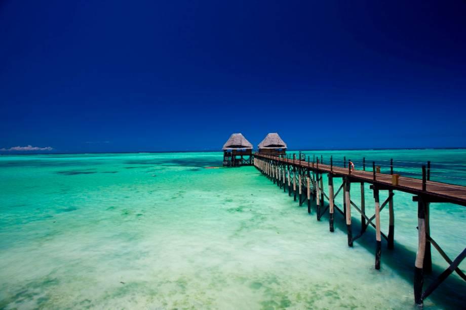 """O pequeno arquipélago de <a href=""""http://viagemeturismo.abril.com.br/cidades/zanzibar/"""">Zanzibar</a>, na <a href=""""http://viagemeturismo.abril.com.br/paises/tanzania/"""">Tanzânia</a>, país do sudeste da <a href=""""http://viagemeturismo.abril.com.br/tudo-sobre/africa/"""">África</a>,oferece praias e hospedagens com as alucinantes cores do oceano Índico. Curiosidade: o cantor Freddie Mercury nasceu aqui"""