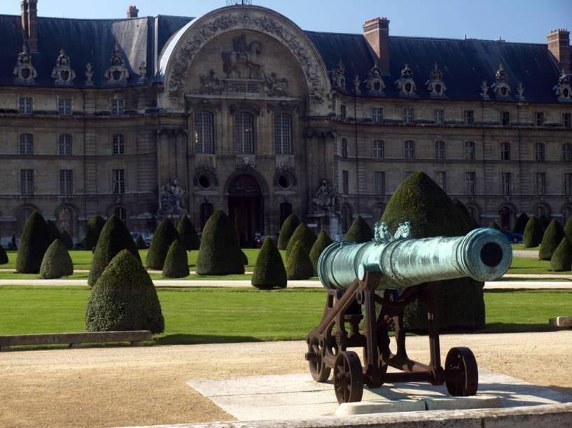 O Hotel des Invalides, antigo asilo para veteranos de guerra, que hoje abriga o museu militar e a tumba de Napoleão