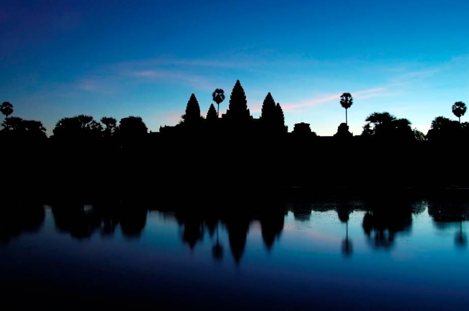 O complexo de Angkor Wat entrou em declínio e posterior total abandono por volta do século 16, sendo redescoberto por arqueológos no século 20. Trabalhos de restauração e remoção de vegetação ocorrem ainda
