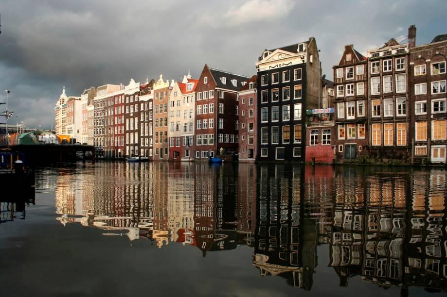 Amsterdã é construída sobre um fundo instável, repleto de lodo. Com o tempo, boa parte de suas casas começaram a sair do prumo