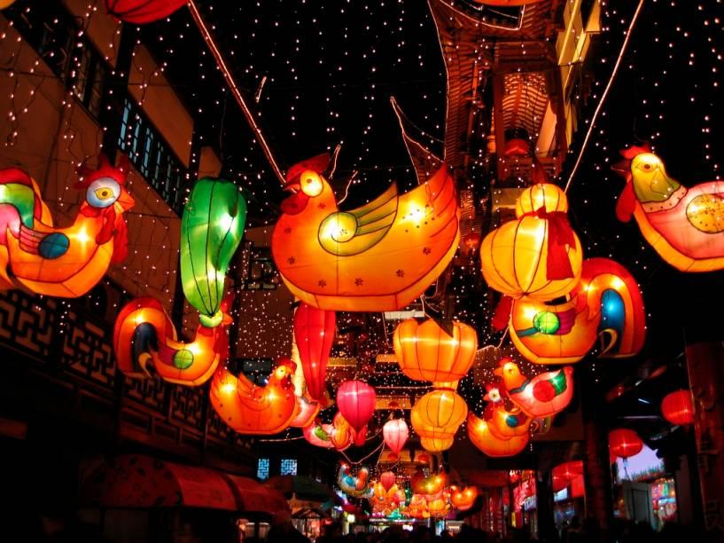 O zodiaco chinês é formado por doze signos simbolizando animais, um para cada ciclo lunar anual. A partir do dia 23 de janeiro de 2012 estaremos no Ano do Dragão, e o período seguinte será dominado pela Cobra. Depois virá o Cavalo e assim sucessivamente. Aqui vemos lanternas comemorando a entrada do ano do galo.
