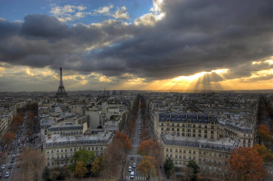 Vista da Paris com a Torre Eiffel à esquerda