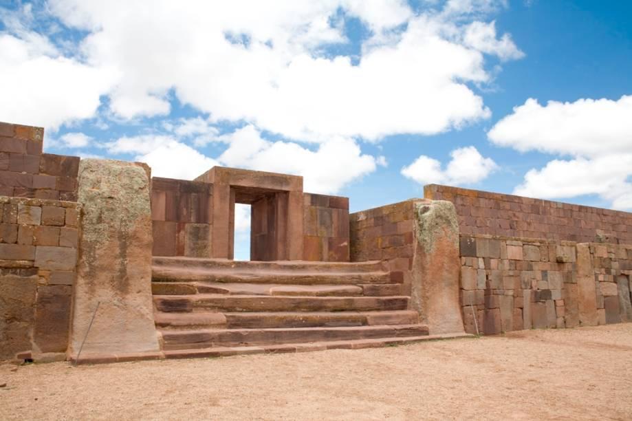 Portal do templo Kalasasaya, em Tiwanaku. Na realidade, os altos muros são uma reconstrução relativamente recente