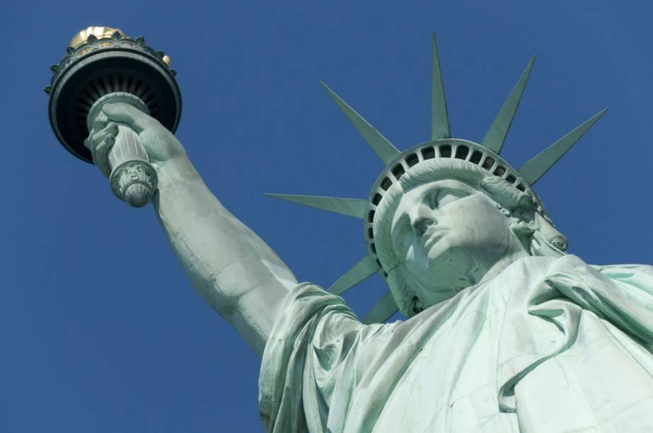 """<strong>Nova York – 4 noites – US$ 1 567</strong><br /><br />O pacote para <a href=""""http://viajeaqui.abril.com.br/cidades/estados-unidos-nova-york"""" rel=""""Nova York"""">Nova York</a>, nos <a href=""""http://viajeaqui.abril.com.br/paises/estados-unidos"""" rel=""""Estados Unidos"""">Estados Unidos</a>, inclui passagem aérea TAM, quatro noites de hospesagem no Days Hotel Broadway, em apartamento duplo, e seguro-viagem Travel Ace.<br /><br /><strong>Quando:</strong> saídas de São Paulo ou do Rio de Janeiro, de 10 de março a 8 de dezembro<br /><strong>Pagamento: </strong>parcelado em até 12 vezes no cartão Visa, sem juros<br /><strong>Quem leva: </strong>a <strong>Trade Tours</strong> (11/3257-9788, 21/2240-8500, <a href=""""http://www.tradetours.com.br"""" rel=""""www.tradetours.com.br"""" target=""""_blank"""">www.tradetours.com.br</a>)"""