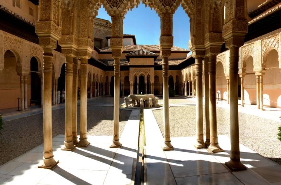 O Pátio dos Leões, no Alhambra, é provavelmente sua área mais emblemática, com sua elegante beleza moldada em materiais pouco nobres, mas de sutil apuro técnico. Ao centro, a fonte dos leões