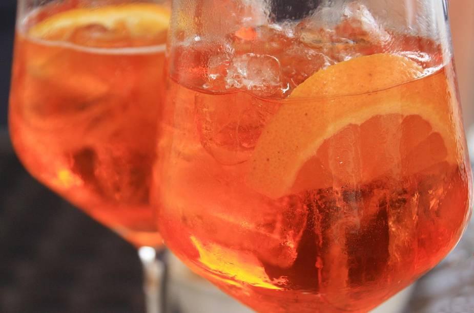 """Aperol Spritz, bebida típica da <a href=""""http://viajeaqui.abril.com.br/paises/italia"""" rel=""""Itália"""">Itália</a>, apreciada principalmente no verão"""