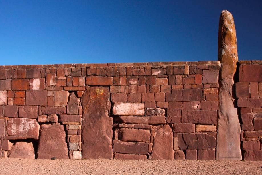 Detalhe dos muros que cercam o pátio do templo Kalasasaya, em Tiwanaku, importante sítio arqueológico de uma cultura pré-incaica que floresceu no primeiro milênio de nossa era. As ruínas localizam-se a meio caminho entre La Paz e o lago Titicaca