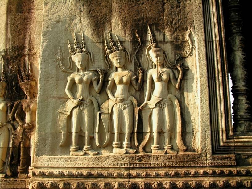 Os baixo-relevos de Angkor apresentam um apuro estético sem paralelo na Ásia oriental, comparado a trabalhos clássicos europeus. As múltiplas decorações possuem motivos tanto budistas como hindus, como passagens de épicos como o Mahabarata e o Ramayana