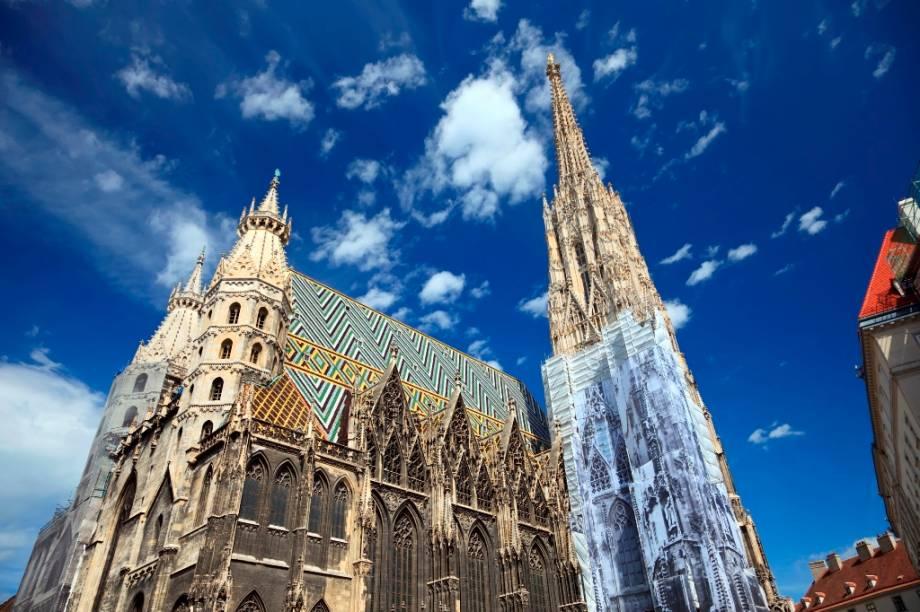 O telhado multicolorido e o grande campanário fazem da Catedral de Santo Estevão um dos principais ícones de Viena. Palco de fatos marcantes da história do império áustro-húngaro, o Stephansdom ainda guarda criptas e tumbas de figuras ilustres do país