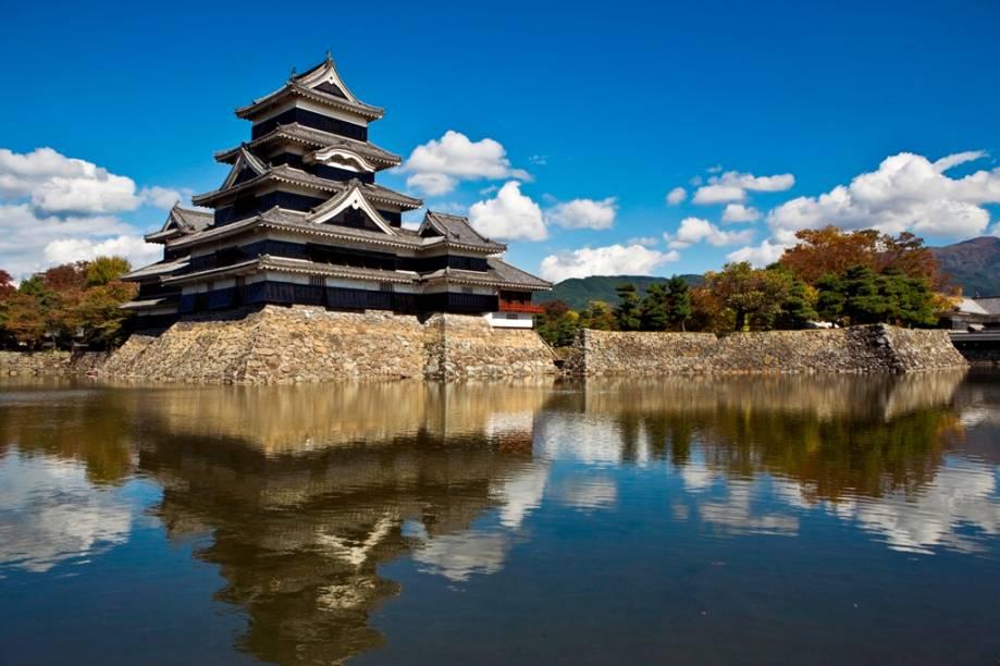 O Castelo de Matsumoto, na província de Nagano, é uma das mais bem preservadas fortificações medievais do Japão e guardava o caminho para os Alpes Japoneses