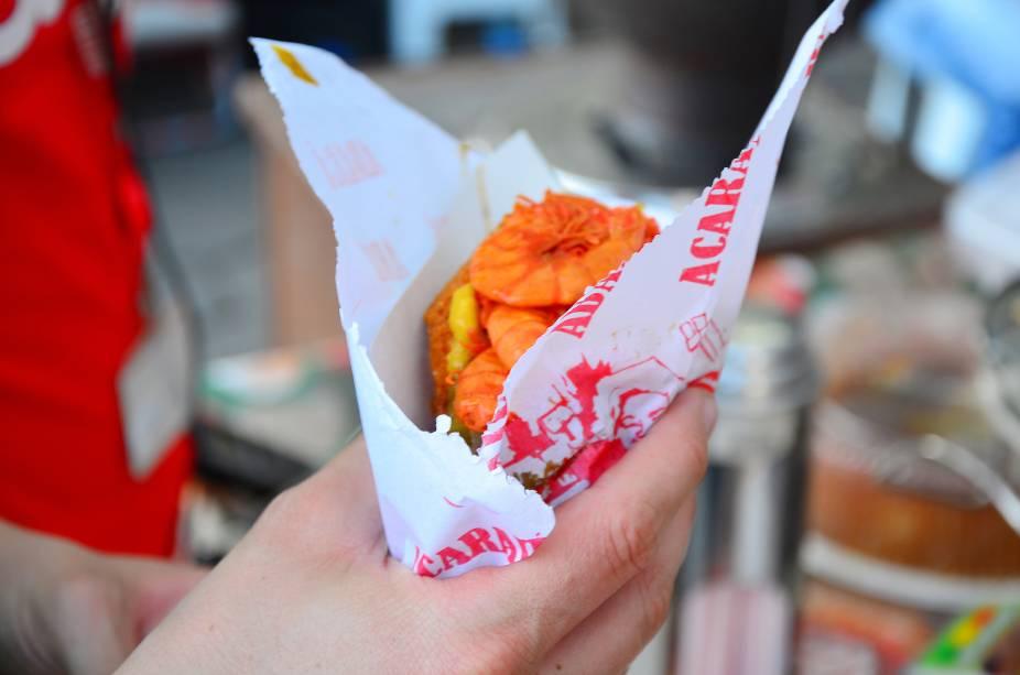 É impossível passar por Salvador sem experimentar a celebrada comida de rua da cidade: o acarajé, um bolinho frito de massa de feijão com recheio de camarões, vatapá, pimenta e muito dendê