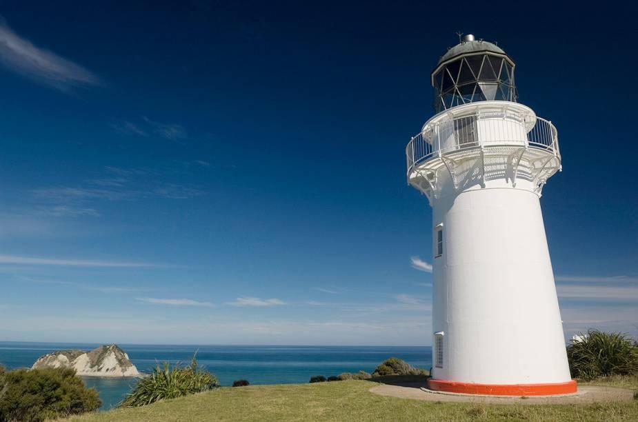 Farol em Gisborne, na Nova Zelândia, anuncia aos navegantes: aqui fica uma das cidades mais ao leste no planeta