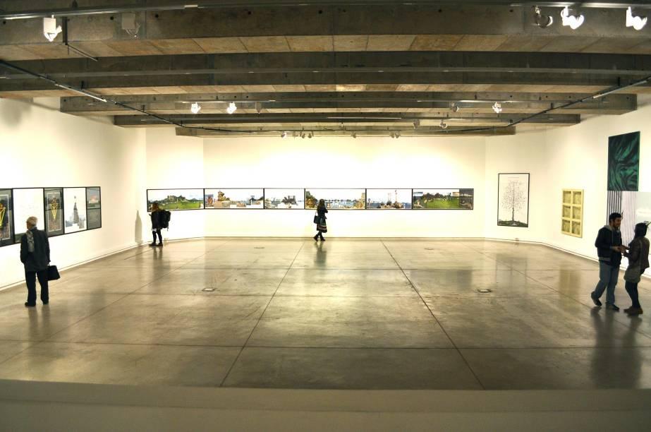 """<strong>7. <a href=""""http://viajeaqui.abril.com.br/estabelecimentos/chile-santiago-atracao-museo-de-arte-contemporaneo"""" rel=""""Museu de Arte Conteporânea de Santiago"""" target=""""_blank"""">Museu de Arte Contemporânea de Santiago</a></strong>O MAC tem duas sedes na capital chilena: uma fica dentro de um edifício do século 19 projetado pelo arquiteto Cruz Montt e abriga diversas exposições de arta de vanguarda e arquitetura. A outra está localizada no Parque Florestal, em um prédio de estilo neoclássico do começo do século 20 que abriga as principais obras do acervo do museu. Se você estiver com tempo, os dois lugares merecem uma visita"""